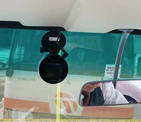送迎バスに設置され、現在位置情報の送信も行うドライブレコーダー端末