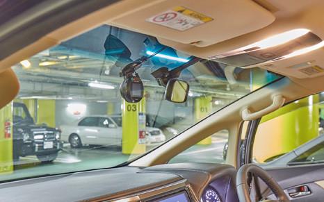 設置された通信ドライブレコーダー。丸い形も視界を妨げず好評